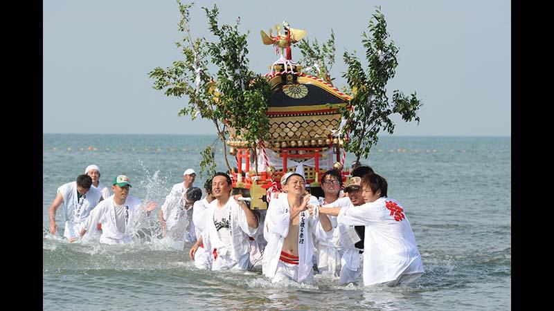 漁師町の成人祝い ~青島 海を渡る祭礼~【宮崎県】