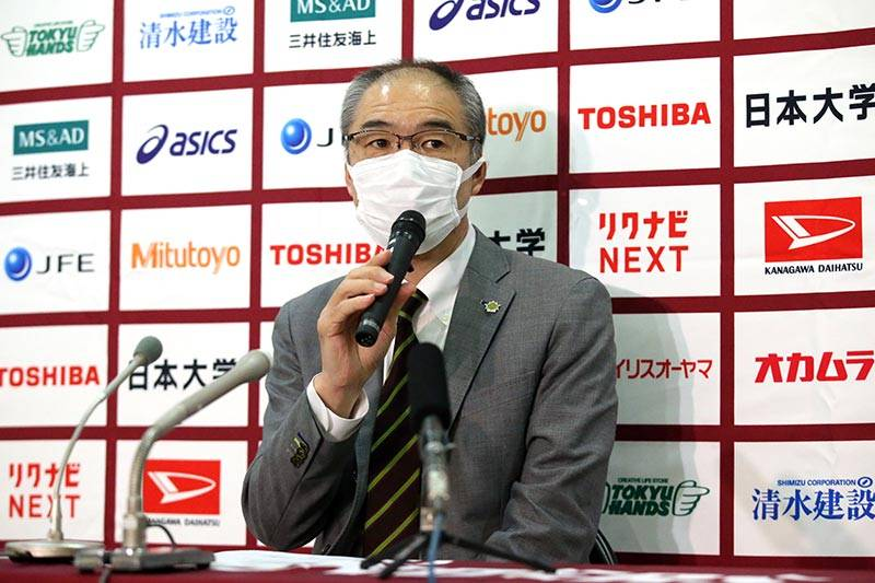 マスクを着用したまま記者会見に登壇した内海ヘッドコーチ