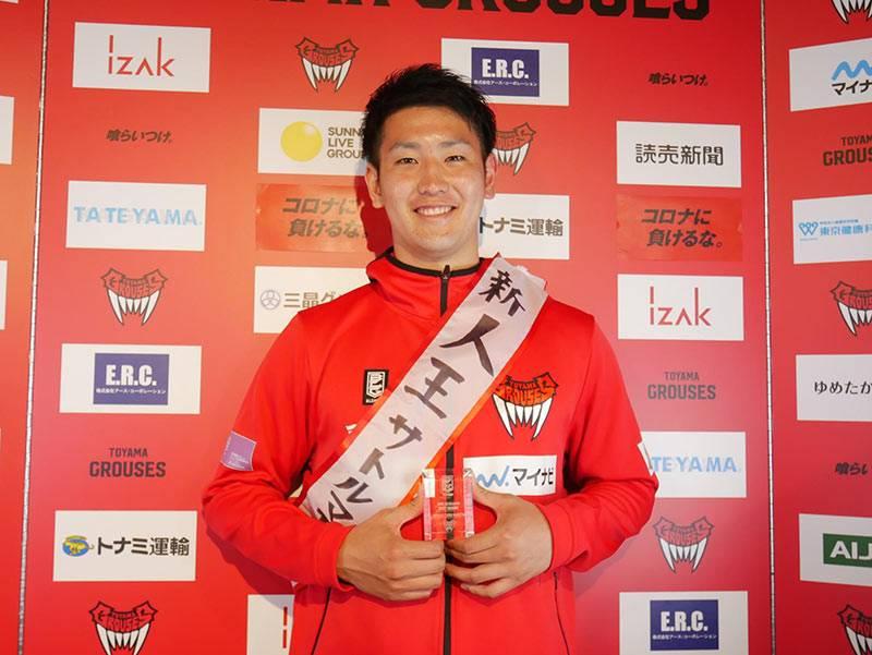 新人王のたすきをかけて、ニッコリの前田選手(©富山グラウジーズ)