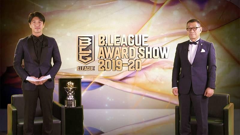 スタジオから中継を担当した田中大貴アナウンサー(左)と大河チェアマン(©B.LEAGUE)